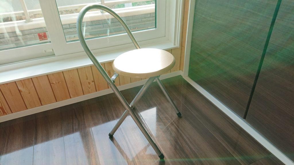 足の細い椅子は要注意
